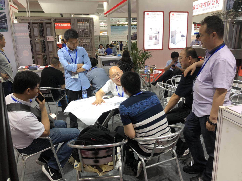 赛德丽董事长刘俊才正与客户、供应商交流